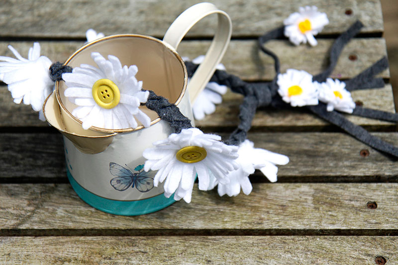 This sweet Felt Daisy Crown would make for a lovely garland for hanging on a little girls bedroom wall, or decorating a playhouse door too – so so pretty.